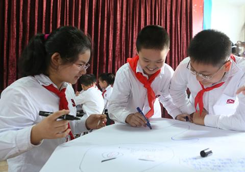 Rural students participate in class activities at a Social Emotional Learning demo lesson in Zhong County, Chongqing.