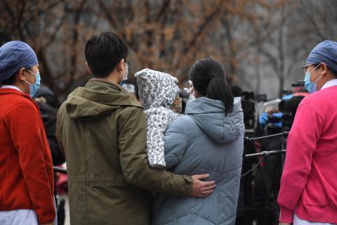 2020年(nian)2月14日说套,在北京佑安醫院(yuan)為(wei)2019冠狀病毒病患者(zhe)舉行的康復(fu)出(chu)院(yuan)儀式上拣,一名一歲男童的父母在護士們的陪伴下(xia)接受(shou)媒體(ti)采(cai)訪(fang)依持。