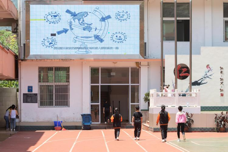 A video on tips for returning to school, produced by UNICEF, China's Ministry of Education and the Chinese Center for Disease Control and Prevention, was played at Yixing School of Zhong County in Chongqing, China on 3 June 2020.